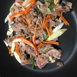 豚と野菜を炒める